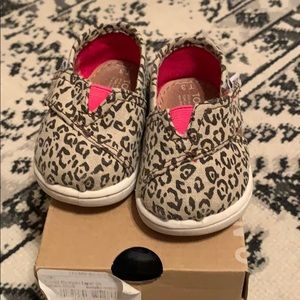 Baby toms. Canvas Leopard print.